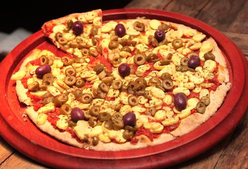 PIZZA DE CHAMPIGNON COM AZEITONAS VERDES